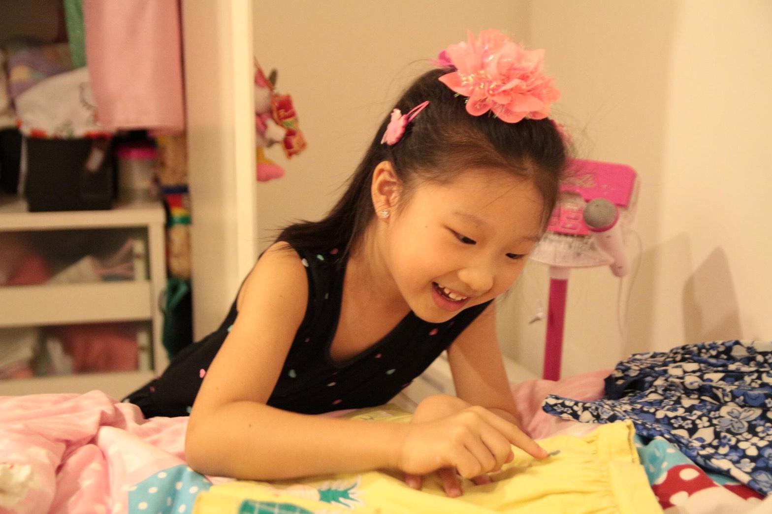 お気に入りのお花をつけたソフィ。自分の服を上手にたためるようになりました。女の子は何でも早いこと!