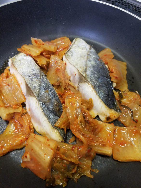 鰆と熟成キムチのキョンファ焼き。ふっくら火を通した鰆の身は柔らかくて美味!深い味のキムチはさらに絶品なのです。ひひひ