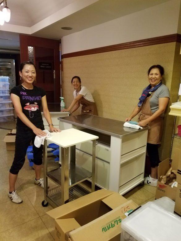 笑顔では頑張るスタッフ。使いなれた調理台をぴかぴかにします。