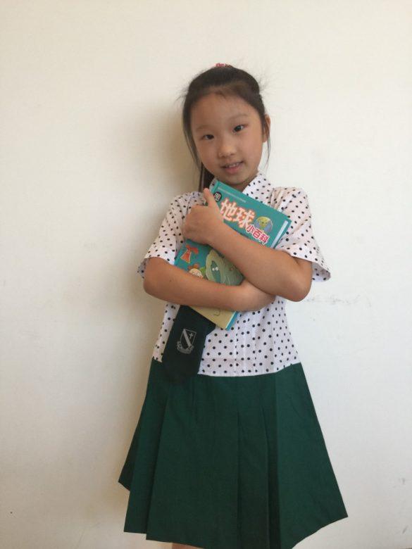 小学校の制服を着たソフィ
