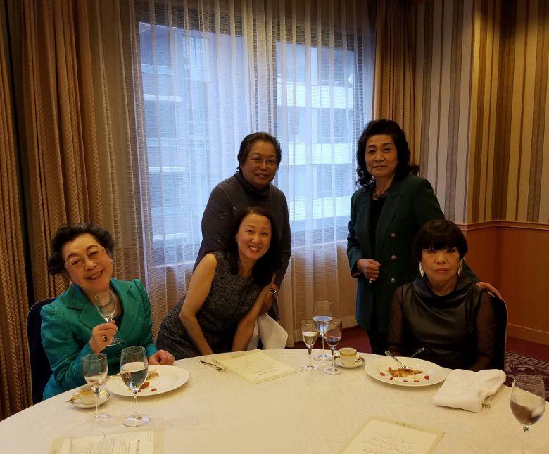 右から団長のコシノ・ジュンコさん、料理家の加藤美恵子さん、私の後ろは料理家の加藤和子さん、そして大先輩の江上栄子さん。