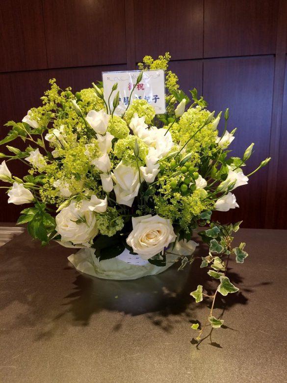 白とグリーンを貴重にした清楚なお花。
