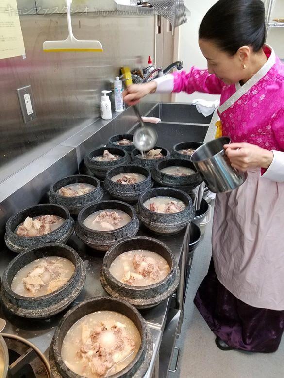 コムタンを石鍋に盛り分けます。たっぷり!!!