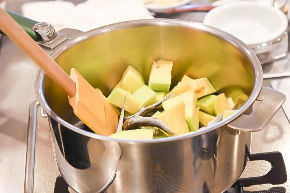 煮干の旨みとセウジョッ(あみの塩辛)で味をととのえた家庭のエホバックッ。