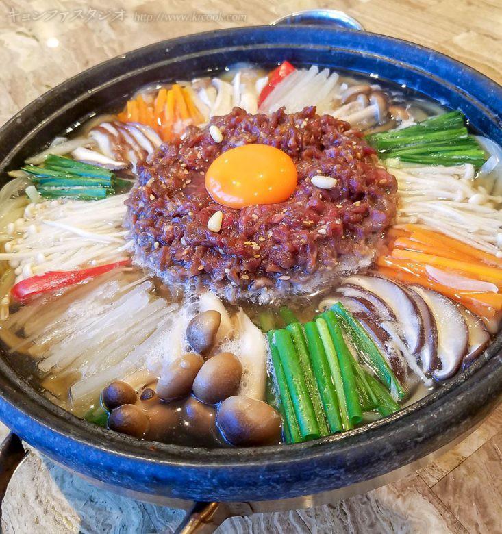 「牛肉ときのこの宮中チョンゴル」、栄養があってしみじみ美味しいご馳走鍋でした。